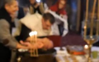 VIDEO Filmarea botezului in urma caruia un bebelus a murit. Imaginile arata ca preotul scufunda copilul adanc in apa