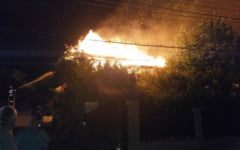 VIDEO Flacari de zece metri inaltime, intr-o microferma din judetul Buzau. Focul ar fi fost pus intentionat