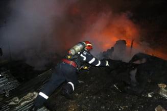 VIDEO Flacari uriase au mistuit mai multe case din Bucuresti. Trei persoane au ajuns la spital