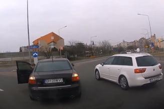 VIDEO Ghinionul unui sofer care s-a incadrat gresit in sensul giratoriu. Cine se afla la volanul masinii cu care a evitat coliziunea
