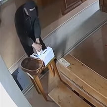 VIDEO Hot filmat cum isi dezinfecteaza mainile si isi face cruce in biserica, inainte de a fura banii din cutia milei