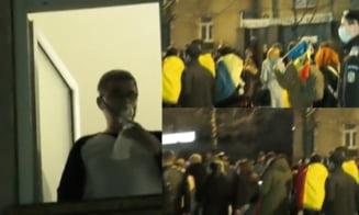 VIDEO Imagini cutremuratoare la protestele de la Brasov. Un pacient COVID care respira cu ajutorul unei masti de oxigen priveste de la geamul salonului de spital catre multimea de manifestanti