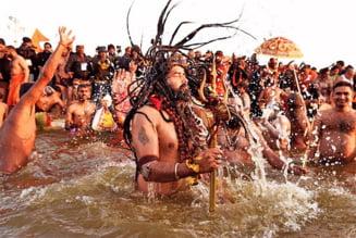 VIDEO Imagini uluitoare: mii de oameni au ignorat virusul pentru a se imbaia in Gange