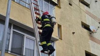 VIDEO Incendiu violent la un bloc din Mioveni. Cativa locatari au fost evacuati din imobil