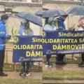 """VIDEO Jandarmii au dat flori femeilor venite la proteste. """"Nu e nevoie de vreme sa avem ziua frumoasa"""""""