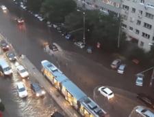 VIDEO Mai multe cartiere din Bucuresti, inundate dupa o ploaie torentiala. Nivelul apei a atins peste jumatate de metru pe strazi si bulevarde