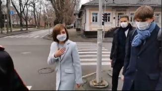 VIDEO Maia Sandu a venit singura pe jos la propria ceremonie de investire in functia de presedinte al Republicii Moldova. La semafor s-a intretinut cu cetateni