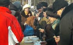 VIDEO Mii de buzoieni au stat la coada pentru fasolea cu ciolan oferita de autoritatile Buzaului