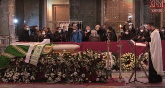 VIDEO Mii de credinciosi au venit la catafalcul patriarhului Irineu, mort de Covid-19. Mai multe persoane au sarutat sicriul