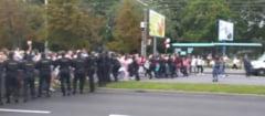 VIDEO Mii de femei s-au mobilizat intr-un mars pe strazile Belarusului. Momentul in care lantul fortelor de ordine este rupt de protestatare