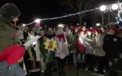 VIDEO Mos Nicolae a poposit in statiunea Sarata Monteoru. Le-a adus copiilor un foc de artificii si multe cadouri