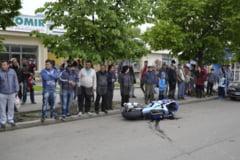 VIDEO Motociclist ranit, dupa impactul cu un autoturism care vira in intersectie