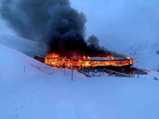VIDEO Muzeu moto in varf de munte, ars din temelii. Cum a intrat in istorie cladirea care gazduia motociclete si masini de colectie