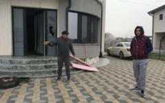 "VIDEO O familie din Craiova s-a trezit cu un cocktail Molotov in curtea vilei pentru o presupusa datorie la poker: ""Norocul nostru a fost ca au pus motorina in sticle"""