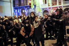VIDEO O noua noapte de violente la Barcelona. Mii de oameni au iesit in strada sa sustina un rapper condamnat pentru elogierea terorismului si calomnierea monarhiei