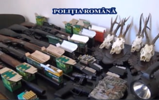 VIDEO Perchezitii in Alba Iulia. Politistii au confiscat 10 arme detinute ilegal, munitie si dispozitive de termoviziune