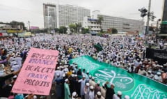 "VIDEO Peste 50.000 de musulmani protesteaza fata de Franta in capitala Bangladeshului: ""Nu ne este frica de gloante si de bombe"""