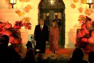 VIDEO Petrecere de Halloween la Casa Alba: Sotii Trump au urmarit parada costumelor si i-au salutat pe copii