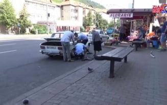 VIDEO Politisti rutieri, mecanici de ocazie. Ajutorul nesperat pe care un sofer octogenar l-a primit de la doi agenti