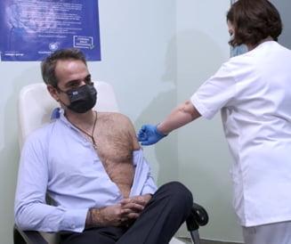 VIDEO Premierul Greciei s-a dezbracat pe jumatate pentru a face a doua doza de vaccin anti COVID
