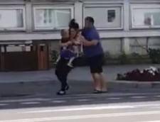 """VIDEO Preot din Bacau, filmat tarandu-si sotia pe strada. Femeia tinea un copil in brate. Reactia agresorului: """"Nu as vrea sa mai vad cum este denigrata imaginea Bisericii din cauza mea"""""""