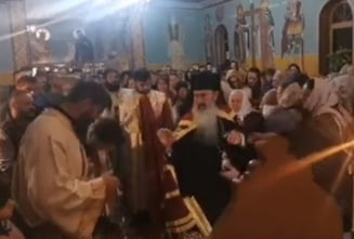 VIDEO Preotul de la Manastirea Gheorghiteni din Suceava, amendat dupa ce IPS Teodosie a oficiat o slujba unde credinciosii nu purtau masti si nu respectau distanta fizica