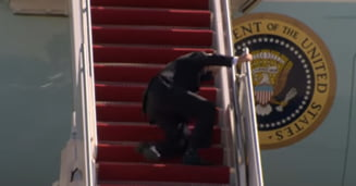 VIDEO Presedintele Joe Biden a cazut in timp ce urca pe scara avionului Air Force One