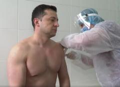 VIDEO Presedintele Ucrainei, vaccinat la bustul gol