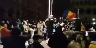VIDEO Protest impotriva noilor restrictii in Bucuresti, noaptea trecuta, fara respectarea masurilor anti COVID-19