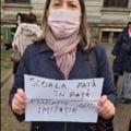 VIDEO Protest in Piata Universitatii pentru redeschiderea scolilor. Cativa parinti cer reluarea cursurilor fara masti sau alte masuri de protectie