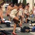 VIDEO Protest inedit la Roma. Fostele stewardese de la Alitalia s-au dezbracat in centrul capitalei italiene in semn de protest