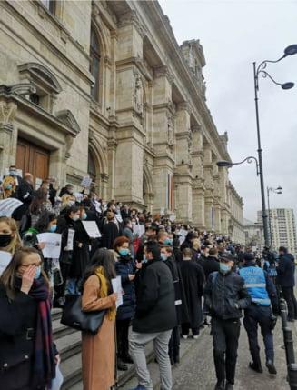 """VIDEO Protest la Palatul de Justitie, dupa condamnarea avocatului Robert Rosu in dosarul """"Ferma Baneasa"""""""
