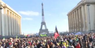VIDEO Protest la Paris: Mii de oameni au demonstrat impotriva unei legi controversate care limiteaza identificarea politistilor si difuzarea de imagini