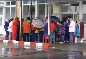 VIDEO Protest la Spitalul din Gaesti. Cadele medicale sustin ca nu pot asigura si urgentele, si sectiile COVID