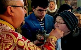VIDEO Reactia dura a Mitropolitului Ardealului - Un preot din Sibiu impartasete enoriasii direct cu mana