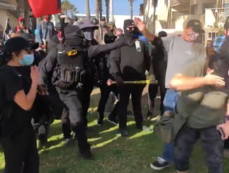 VIDEO San Diego: Ciocniri intre sustinatorii lui Donald Trump si contra-protestatari Antifa. Politistii, atacati cu pietre si oua