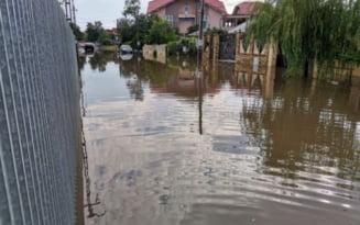 VIDEO Slobozia, o imensa piscina. Un barbat a fost suprins inotand in centrul orasului dupa o ploaie torentiala