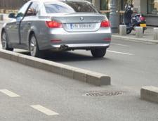 VIDEO Sofer cu BMW, filmat cum blocheaza o banda de circulatie pe Calea Victoriei din Capitala. Barbatul coboara sa-si cumpere cafea