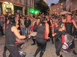 VIDEO Spaniolii de la Brincadeira au batut tobele pe tot bulevardul Nicolae Balcescu. Spectacolele continua si miercuri la FITS