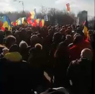 VIDEO Sute de oameni protesteaza fata de vaccinarea obligatorie, in fata Palatului Parlamentului