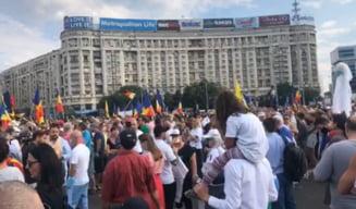 VIDEO Sute de persoane protesteaza in Piata Victoriei fata de masurile de carantina. Printre organizatori se afla Iosefina Pascal, promovata de Sputnik si Antena 3 / Parintii si-au adus bebelusii la protest