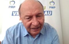 "VIDEO Traian Basescu a intrerupt un interviu in care a fost intrebat despre gestul Elenei Udrea de a duce mana la nas: ""Ati reusit la sfarsit sa cadeti in ridicol"""