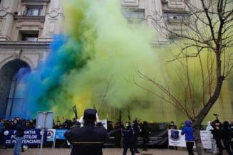 VIDEO UPDATE Protestul functionarilor publici in fata Palatului Cotroceni a degenerat. Politistii s-au imbrancit cu fortele de ordine. Reactia Jandarmeriei