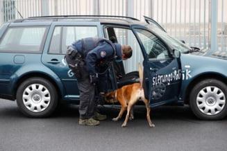 """VIDEO UPDATE Un barbat a fost retinut dupa ce a intrat cu o masina in grilajul sediului Cancelariei germane. """"Opriti politica globalizarii"""""""