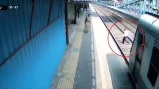 VIDEO Un barbat de 60 de ani, la un pas sa fie calcat de tren dupa ce si-a scapat un pantof pe sine