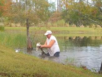 VIDEO Un barbat din Florida si-a salvat cainele din falcile unui aligator fara sa arunce tigara