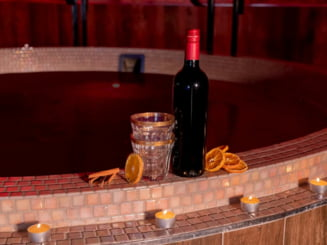 VIDEO Unde s-a deschis primul spa in care va puteti rasfata intr-o baie de vin fiert
