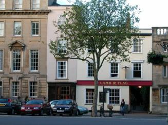 """VIDEO Unul dintre cele mai cunoscute pub-uri din Marea Britanie a fost """"rapus"""" de Covid-19. Localul era frecventat de scriitorii Tolkien si Lewis"""