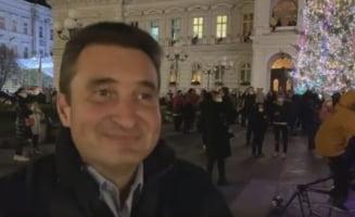 VIDEO Zeci de persoane au asistat la aprinderea luminilor din bradul de Craciun de la Arad. Primarul nu a purtat masca la eveniment