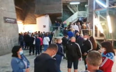 VIDEO Zeci de persoane s-au inghesuit duminica la Salina Turda, fara sa respecte regulile de distantare